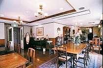 お食事は本館のアンティーク家具に囲まれて・・・