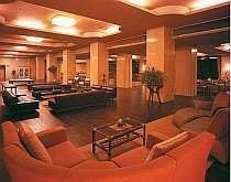 アジアン家具に囲まれた雰囲気漂うロビー