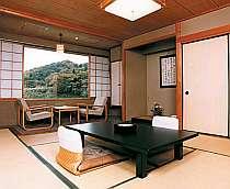 客室の窓からは四季折々の自然を満喫できる
