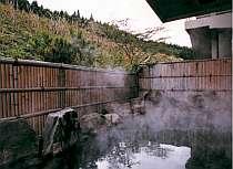 珍しい黒湯の源泉100%の露天で寛いで