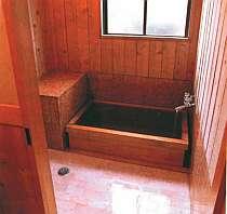 ヒノキ風呂付客室のお風呂(非温泉)は、檜の香りも◎。温泉は大浴場と貸切露天でどうぞ