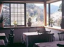 陽光が溢れる食堂で、愛情のこもった手作りの朝食を