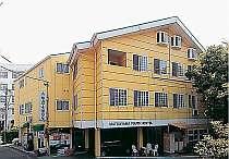 黄色い建物が目印の可愛い外観