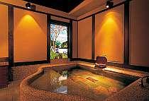 バラギ湖をかたどったステンドグラス 貸切風呂「懐古の湯」