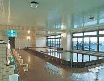 [写真]津軽海峡を一望できる大浴場。ゆったり心も体も温めて