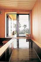 窓を開ければ外の景色が広がる檜風呂