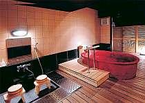 カップルに人気!赤い信楽焼の浴槽がかわいい貸切風呂