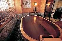 貸切檜風呂では、大きな窓を開けて露天気分に温泉を二人占めしよう!