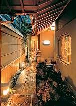 【外観】表露地の石畳に誘われて 玄関に入ります。