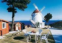 白浜海岸全体を見渡す丘の上に建つ。風車小屋が目印!