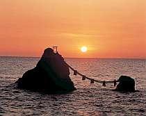 夏至の頃、こうして夫婦岩の間に日が昇る