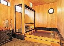 ヒノキの貸切風呂。他に男女別浴湯あり