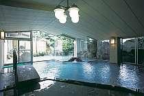 露天へとつづく温泉大浴場からも庭園が美しい