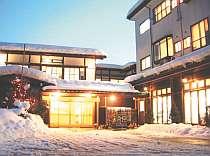 冬の夕暮れ、雪化粧のお宿です。