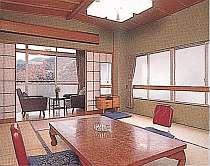 本館客室「嵯峨野」。窓から眺める湯河原の自然