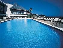宿泊者無料のプール。目の前に海が広がる(夏期のみ)