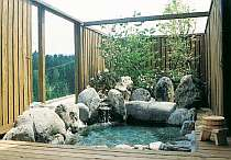 「花水季」専用の露天風呂。塀は開け閉可能です。