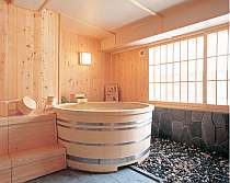 人気の貸切檜風呂は事前時間予約も可。宿へ直接お電話下さい。