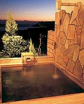海と遠くの夜景を望む貸切露天風呂を貸しきりできる