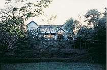 [写真]美しい緑の中に静かにたたずむゲストハウス