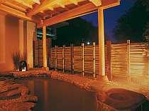 源泉をかけ流している展望露天風呂は、にごり湯。湯口が茶褐色に染まるのは良質なお湯である証拠