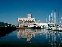 青い海と白い外観、マリーナがリゾート気分を盛り上げる