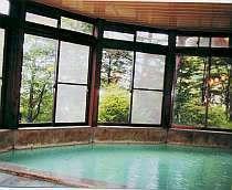 緑を眺めながら入る天然温泉