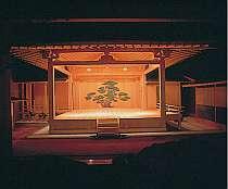 毎夜 伝統芸能が行われる紫宸殿の宴(※二千体雛飾り期間、栗矢の無礼講期間を除く)
