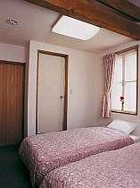 洋室の一例ロフトを昇れば2階建て気分エアコン・テレビ完備