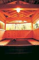 総桧造りの客室露天。タイプはお部屋によって異なります。