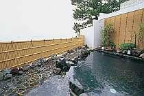 しっとりと湯浴みが楽しめる岩造りの露天風呂