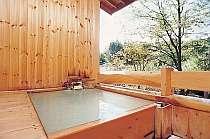 貸切可能な露天風呂。屋根が付いてあらゆる天候にも◎