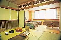 和洋室一例‐おじいちゃんやおばあちゃんと一緒に旅行なさるファミリーに人気があります。