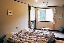 明るい客室はツインとトリプル、他に和洋室・和室あり