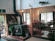 リビングには暖炉もありくつろげる雰囲気が嬉しい