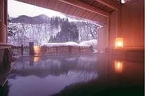 川のせせらぎを聴きながら雪見を楽しむ大浴場の半露天