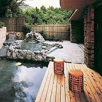 緑に囲まれて、自然の雰囲気あふれる露天風呂