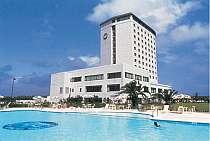 [写真]ゲスト用のプールやテニスコートもあるリゾートホテル