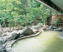 赤川に面した露天風呂。湯の色は乳白色にもグリーンにも