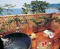 お部屋に付いた露天風呂からゆっくり海を眺めて…