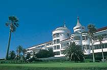 太陽の光と潮の香りあふれる海辺のリゾートホテル