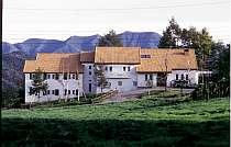 広大な牧草地に佇むエレガントなホテル