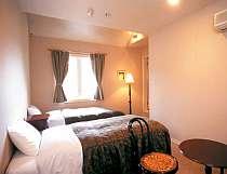 清潔で快適なゲストルーム、全室にバスとトイレが付いたホテルスタイルのお部屋。