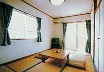 全室バストイレ付で快適!清潔感のある和室の一例