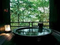 眺望もそれぞれ。森の中で静かで湯を満たす露天