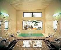 中庭を望む光彩豊かなお風呂でリラックス