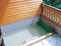 家族4人でもゆっくり入れる浴槽。温泉は加水なし加温なしの掛け流し泉