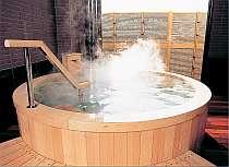 ヒノキを贅沢に使用した木の香風呂(貸切)