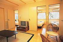 リビングとベッドルームの3間に分かれたコテージのお部屋。