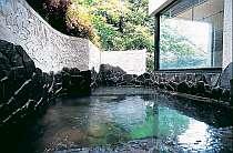 """緑に囲まれた露天風呂は、うれしい24時間利用可能!日々の疲れを癒やして♪"""""""